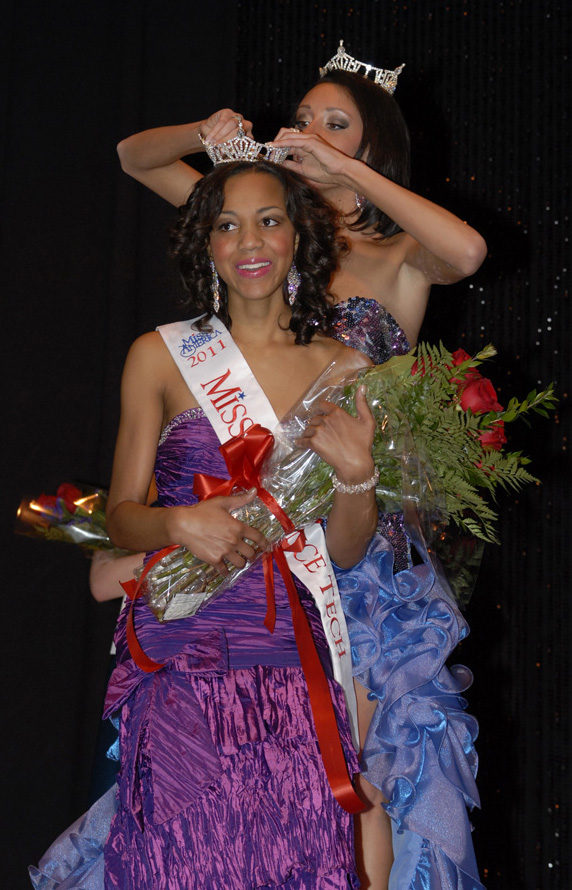Jasmine Jones being crowned Miss Lawrence Tech 2011